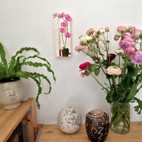 Thermomètre orchidées rose sur un mur