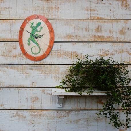 Horloge gécko sur un mur bois