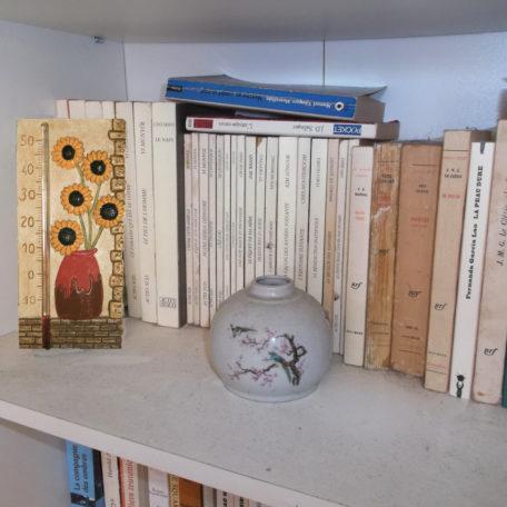 Thermomètre tournesol sur une étagère