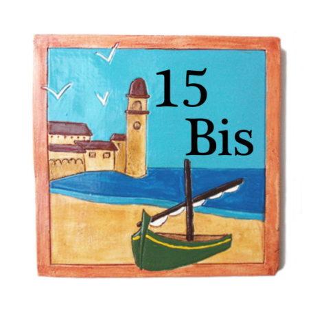 Plaque numéro de maison avec paysage marin et barque catalane verte