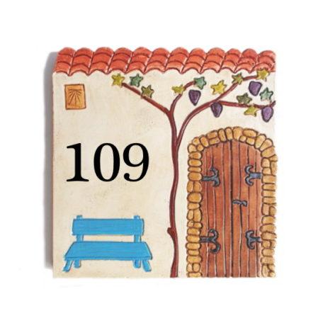 Plaque numéro de maison décorative avec vieille porte et banc bleu avec 3 chiffres