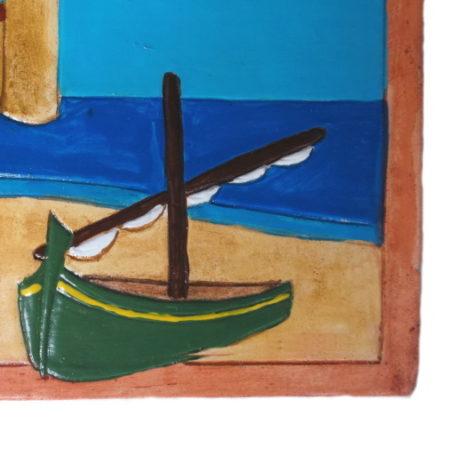 Plaque de numéro de maison avec paysage marin et barque verte, détails