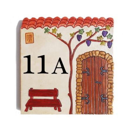 Plaque numéro de maison décorative avec vieille porte et banc marron avec 2 chiffres et une lettre