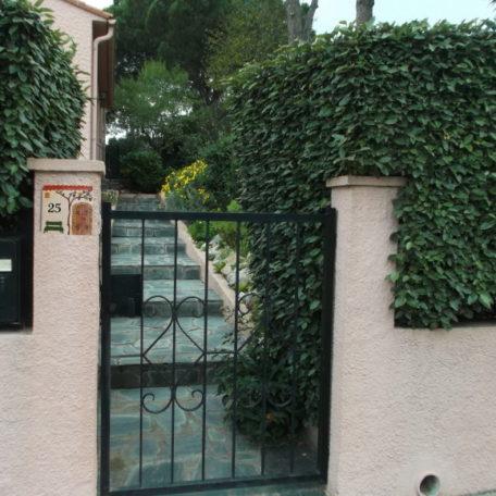 Plaque numéro de maison décorative en situation sur façade