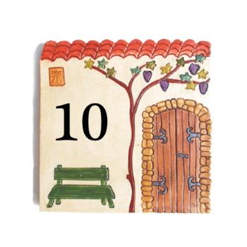 Plaque de numéro de maison décorative avec vieille porte et banc vert