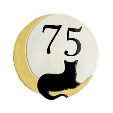 Numéro de maison avec chat noir sur lune jaune